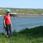 Jael und ein Frachter auf dem Rhein